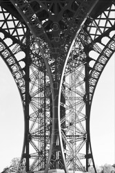 Paris_Tour_Eiffel_Black_and_White_Photo_002.jpg