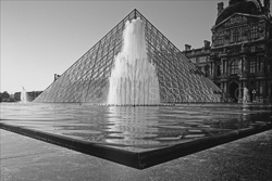 Paris_Le_Louvre_black_and_white_photos_002.jpg