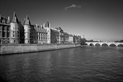 Paris_The_Seine_River_Black_and_White_Photo_003.jpg